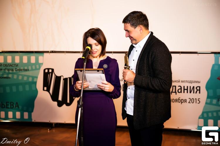 Награду победителю вручали председатель жюри Сергей Пускепалис и режиссер Елена Ласкари.